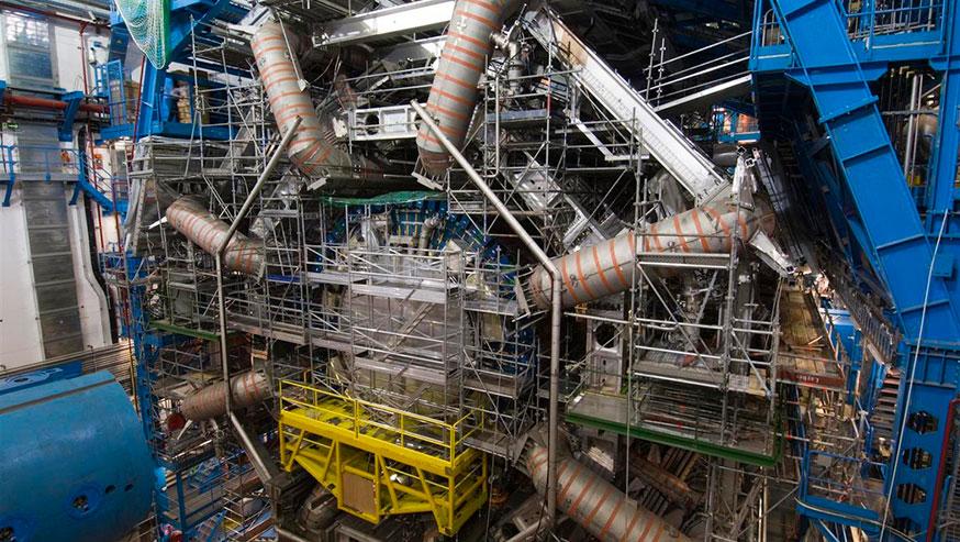 Das Magnetsystem im Teilchendetektor ATLAS des CERN umfasst 8 riesige Supraleitermagnete (graue Rohre)