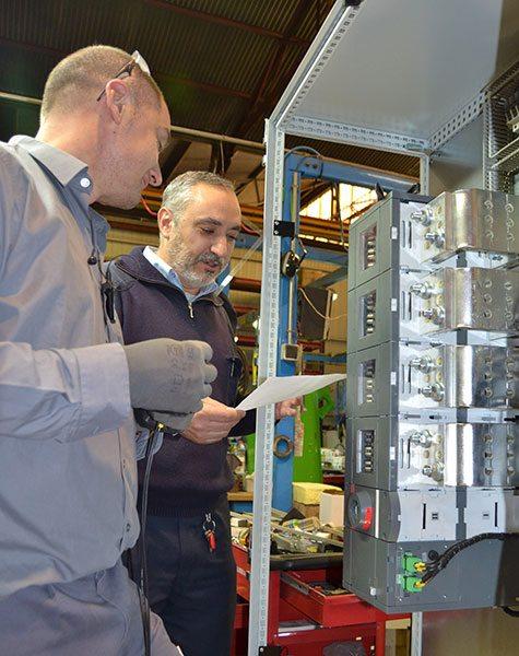 Antonio Rodrigo im Elektrobereich der Produktionsabteilung von Inmesol