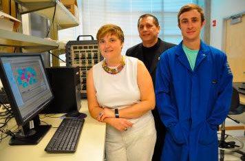 Mihrimah Ozkan, Cengiz Ozkan und Zachary Favors in ihrem Labor.