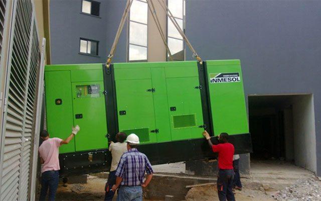 parallel funktionierende Stromaggregate in einem neuen Wohngebiet von Pointe-Noire