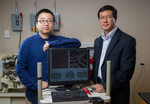 Bild: Die beiden Forscher Wenzhuo Wu und Zhong Lin Wang vom Georgia Institute of Technology. Autor: Rob Felt.