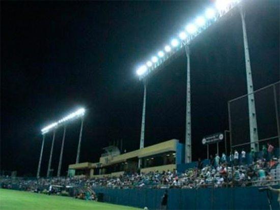 """Die Beleuchtung des Stadions """"Dr. Nicolás Leoz"""" während eines Fußballspiels. Das Foto gehört der API (paraguayisches Fußballverband)"""