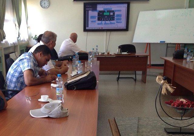 Ing. Hakan Ericsson, zeigt die Möglichkeiten der Steuergeräte DEEP SEA