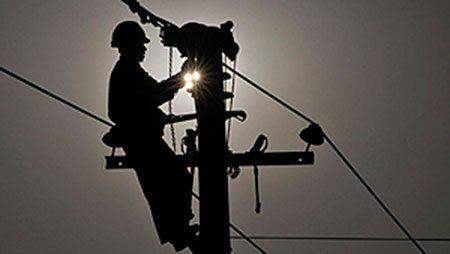 Techniker reparieren einen Ausfall am Strommast