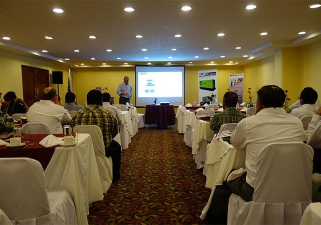 Die Teilnehmern hören Luis Navarro Exposition zu