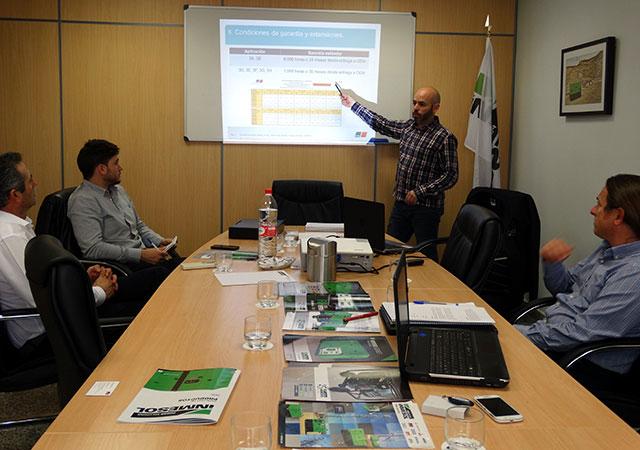 Sergio Frutos und Antonio Escudero von INMESOL's Entwicklungs- und nach Verkaufsabteilung wohnten dem Workshop bei