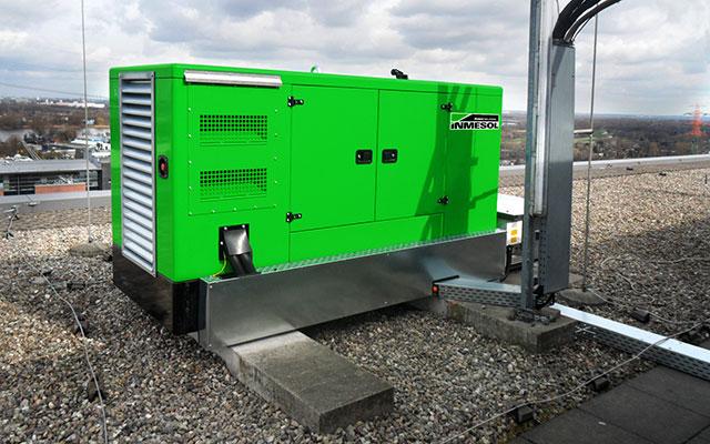 Ein INMESOL IV-110 Stromaggregat, auf der Dachterrasse des Geschäftszentrums installiert.