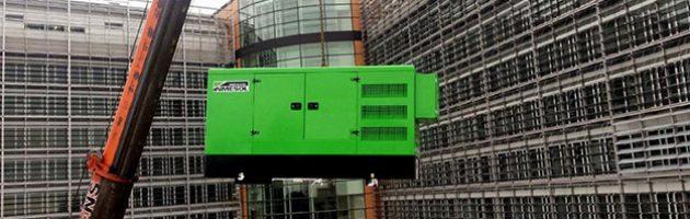 Das INMESOL Notstromgerät, Modell II-110, wird auf das Dach des Berlaymont gehobenDas INMESOL Notstromgerät, Modell II-110, wird auf das Dach des Berlaymont gehoben