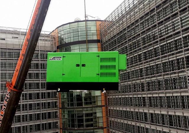 Das INMESOL Notstromgerät, Modell II-110, wird auf das Dach des Berlaymont gehoben