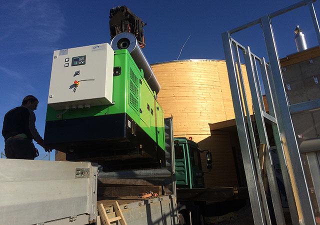 INMESOL Stromaggregat-Modell II-066 wird neben dem Wasserturm installiert